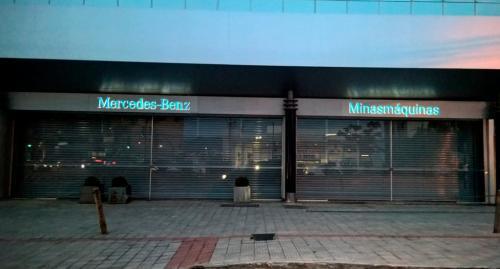 porta_de_enrolar_comercial_mercedes_benz